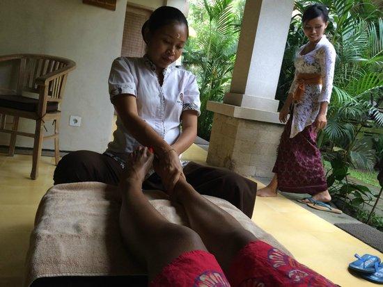 Puri Sunia Resort: Complimentary food massage (Spa)