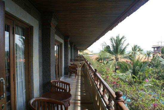 Sari Segara Resort Villas & Spa: Общий балкон на этаже