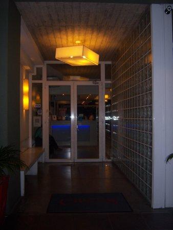 Circus Hostel & Hotel : Entrada do hostel. Pela madrugada, você tem que tocar a campainha pra entrar, o que é deixa o ho