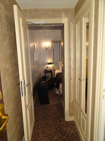Hotel de l'Empereur: Entrance to room