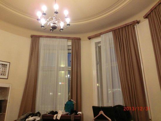 Hotel Furstenhof: 宿泊した2人部屋 目の前は西駅