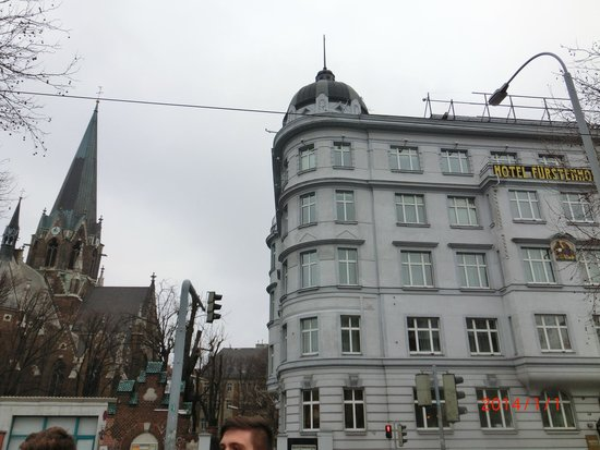 Hotel Fürstenhof: 西駅からのホテル正面