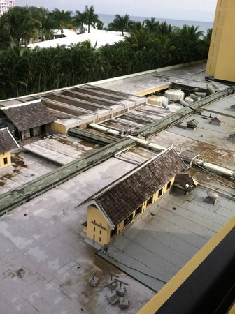 Jewel Dunn's River Beach Resort & Spa: Another angle of the view from room 2401. Not very pretty.