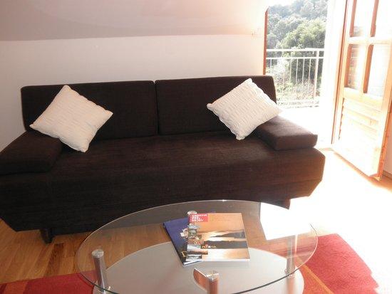 Green Park Apartments: Living room