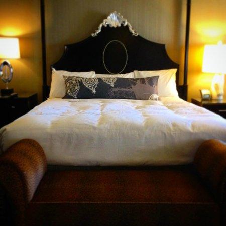 Kimpton Sir Francis Drake Hotel: King Size Bed