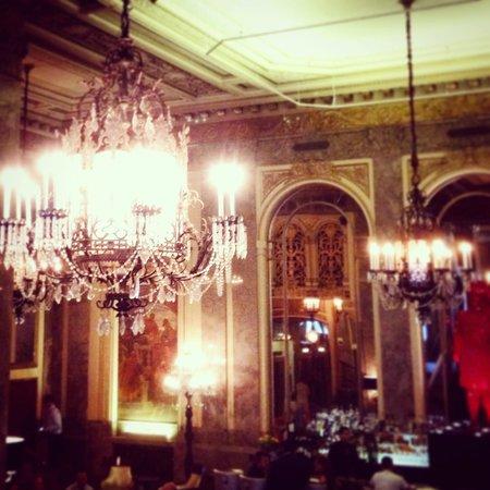 Kimpton Sir Francis Drake Hotel: Inside lobby