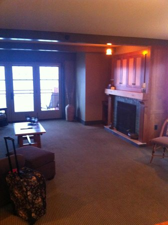Tamarack Lodge: Living room w/ fireplace