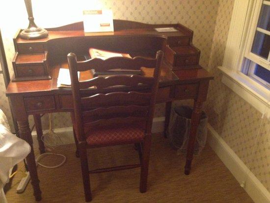 The Dearborn Inn, A Marriott Hotel : Desk in Henry house