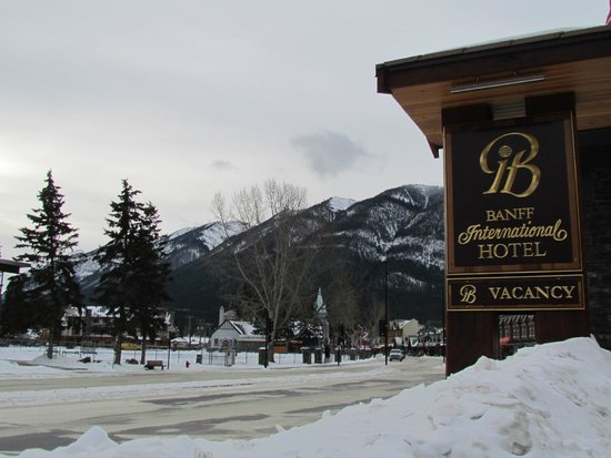 Banff International Hotel: O hotel fica na Avenida principal da charmosa vila de Banff