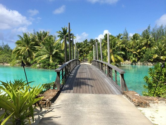 Four Seasons Resort Bora Bora: Bridge over the lagoon