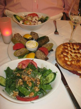 Cozy Bar and Pub : Spinach salad, stuffed appetizers, bread