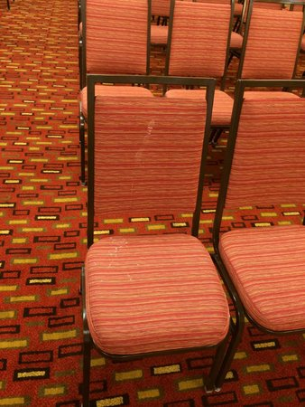 Courtyard by Marriott Camarillo: stained chair