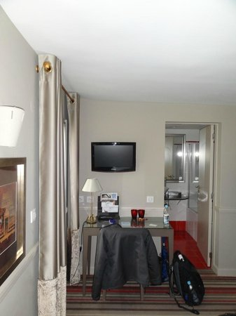 Hotel des Comedies: desk/tv
