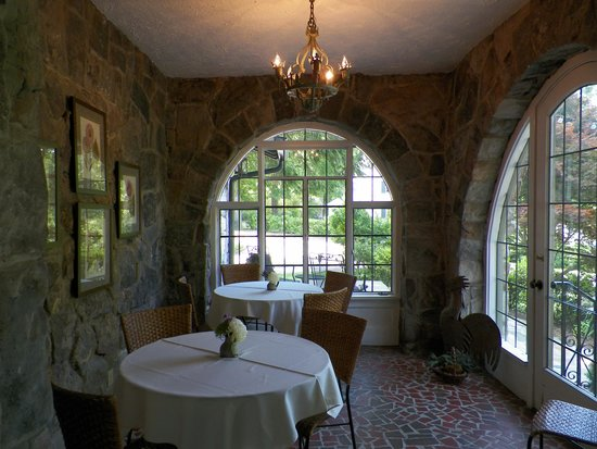 Chanticleer Inn Bed and Breakfast : One of the breakfast nook options.