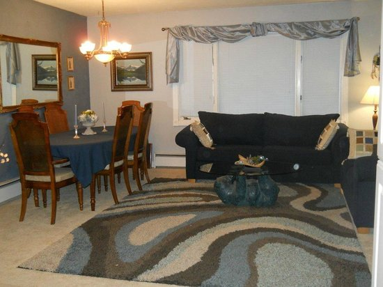 A Bear's Den Inn : Lobby/Guest Living Room