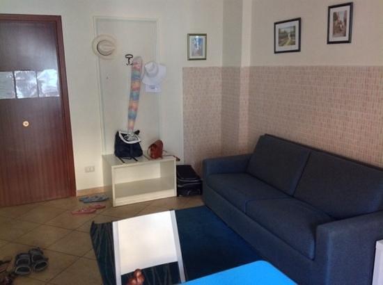 ApartHotel Kalaskisò : Вторая комната номера 201. есть еще спальня.