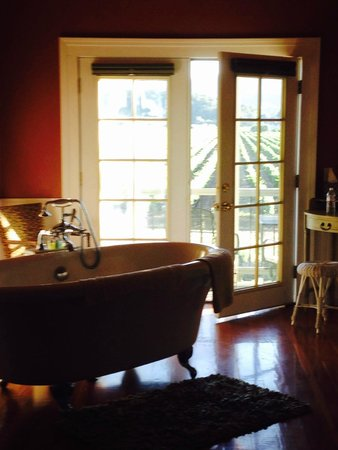 Auberge on the Vineyard: Beautiful clawfoot tub in the Montrachet Suite