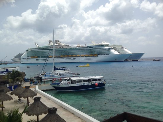 Casa Del Mar Cozumel Hotel & Dive Resort: Perfect view of the cruise ships