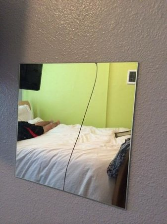 Lucky D's Hostel : cracked mirror