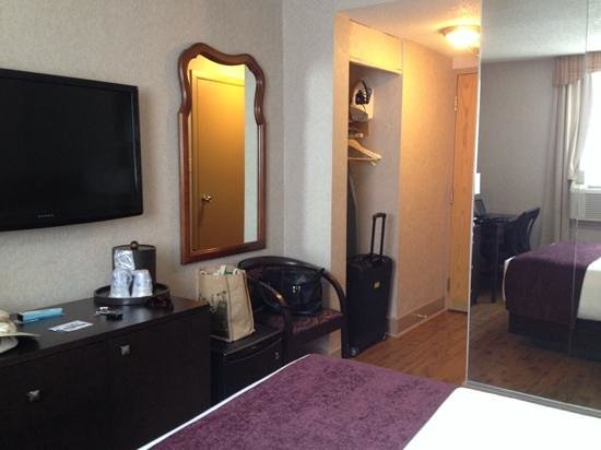 Best Western Plus Montreal Downtown-Hotel Europa : Looking towards door, good thing the suitcase fit in the alcove!