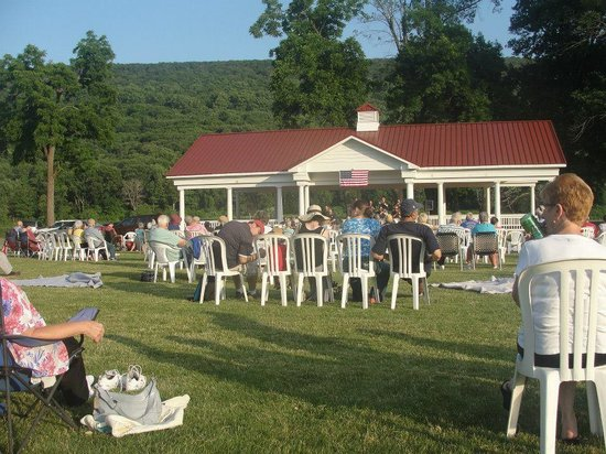 The Shawnee Inn and Golf Resort: concert getting ready to start