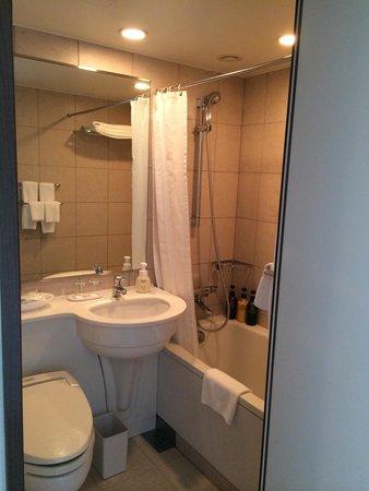 Hotel Metropolitan Tokyo Ikebukuro: Bathroom with full amenity kit.