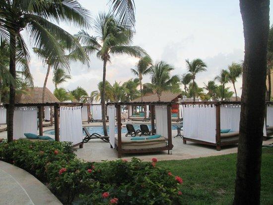 Sandos Playacar Beach Resort : VIP pool area