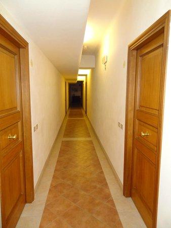 Hotel Residence San Gregorio: Corridoio