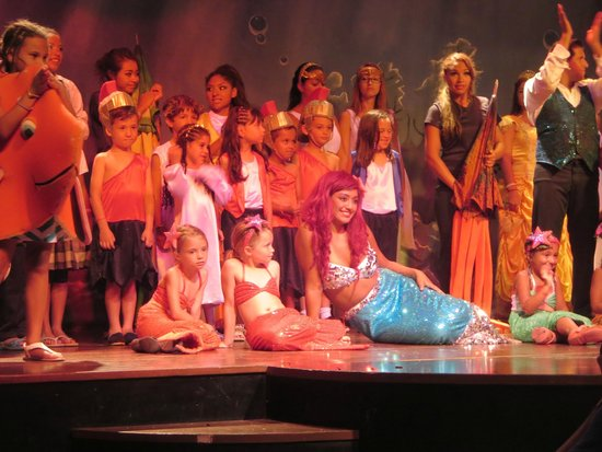 Ocean Coral & Turquesa: Cast at end of Disney Show