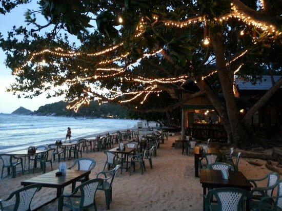 Saireehut Resort: Spiaggia e ristorante