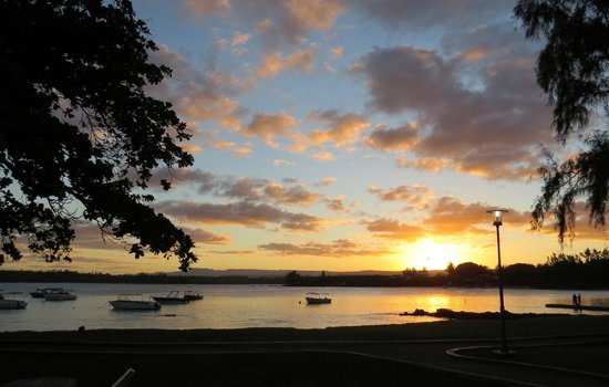 Le Peninsula Bay Beach Resort: Sunset over Blue Bay