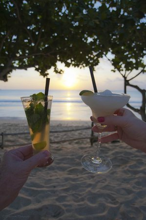 INTERCONTINENTAL Bali Resort: Sunset drinks all part of the club room rate!!!