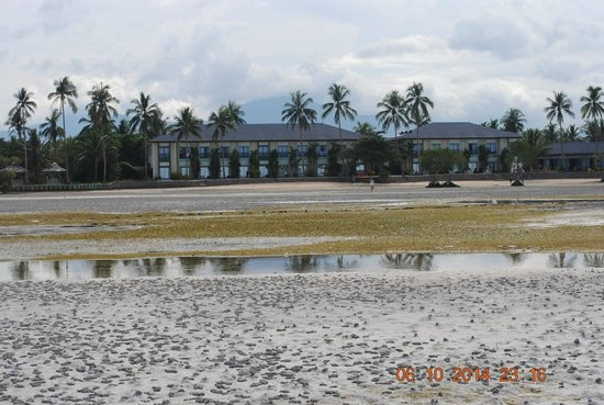 Microtel by Wyndham Puerto Princesa: Back view of hotel on low tide