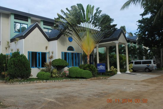 Microtel by Wyndham Puerto Princesa: front view of hotel