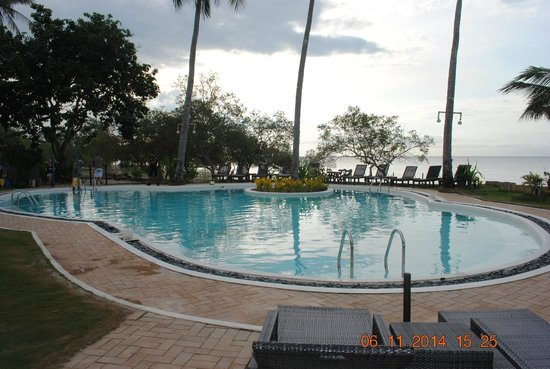 Microtel by Wyndham Puerto Princesa: Pool view taken from dining room