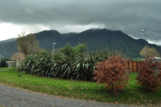 Te Aroha Holiday Park and Backpackers: The mountains that overlook the town