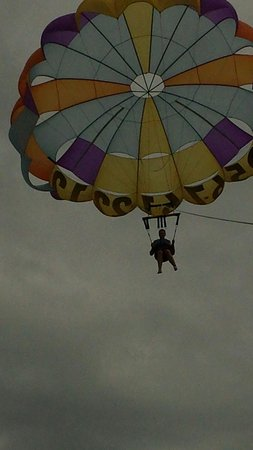 Breakaway Cruises: Chris Duran parasailing