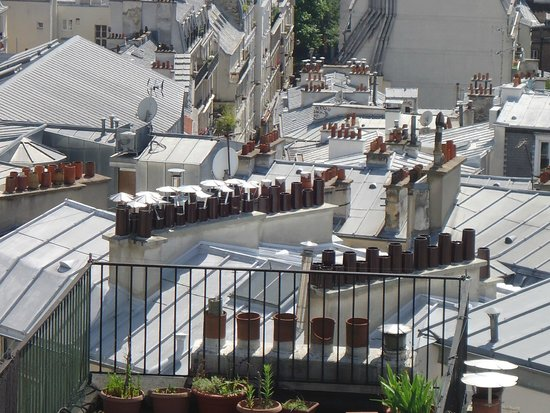 Timhotel Montmartre : Lots of chimney pots. Art in itself :)