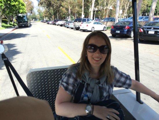 Warner Bros. Studio Tour Hollywood: Eu em minha cadeira de rodas dentro do carrinho de visitas que circula pelos Studios da Warner.