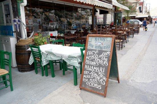 Manos' Fish Restaurant : Вот так встречает таверна Manos