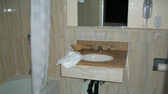 Motel Mediteran: Bathroom in King Room
