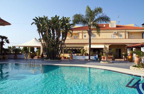 Damanse Hotel: Veduta dalla piscina della struttura principale