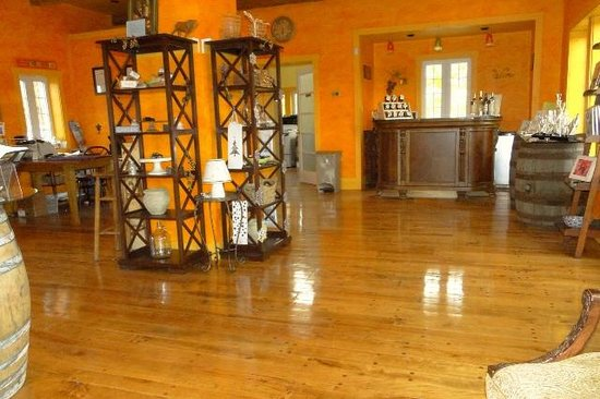 Annapolis Highland Vineyards: Store interior