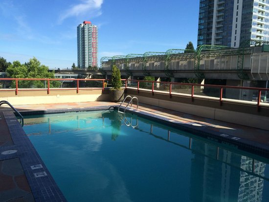 Holiday Inn Express Hotel Vancouver Metrotown: Swimming Pool