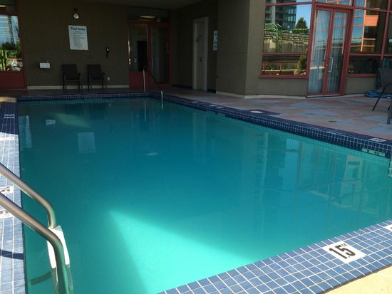 Holiday Inn Express Hotel Vancouver Metrotown : Swimming pool