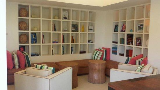 Hyatt Regency Sarasota: Lobby library sitting area