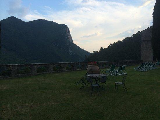 Abbazia San Pietro in Valle: vue (en soirée) depuis le jardin