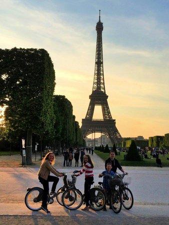 Tour Eiffel : Riding bikes to the Eiffel Tower