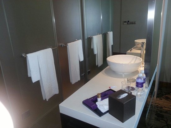 Park Regis Singapore: Seperate shower & toilet with huge mirror on both sides.