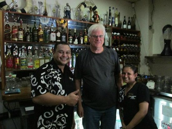 Smugglers Cove Beach Resort & Hotel: Friendly and fun bar staff